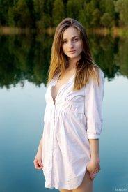 kobieta w białej koszuli